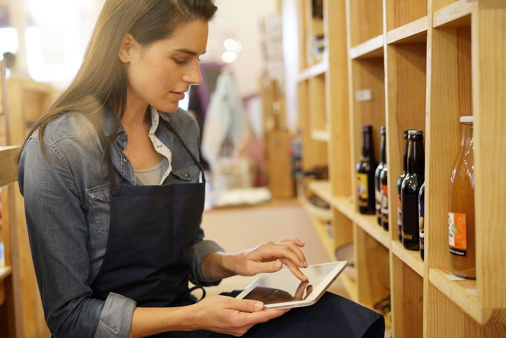 Vendeuse épicerie achats et stocks tablette