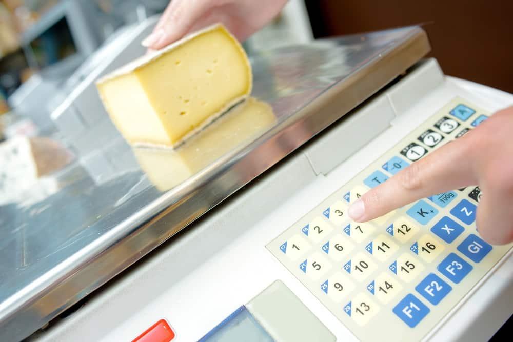 Pesage du fromage sur des balances électroniques