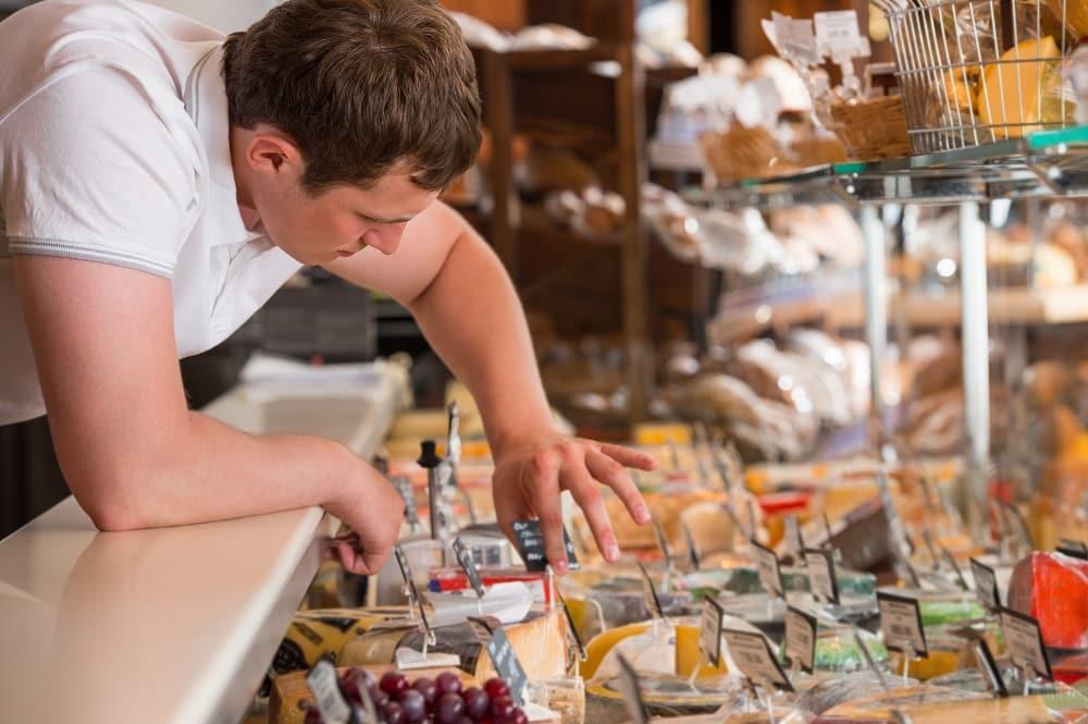 Commerçant étiquetage vitrine fromagerie
