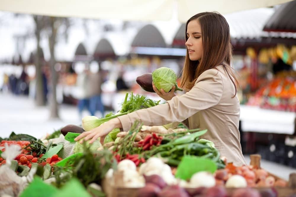 Cliente étalage légumes