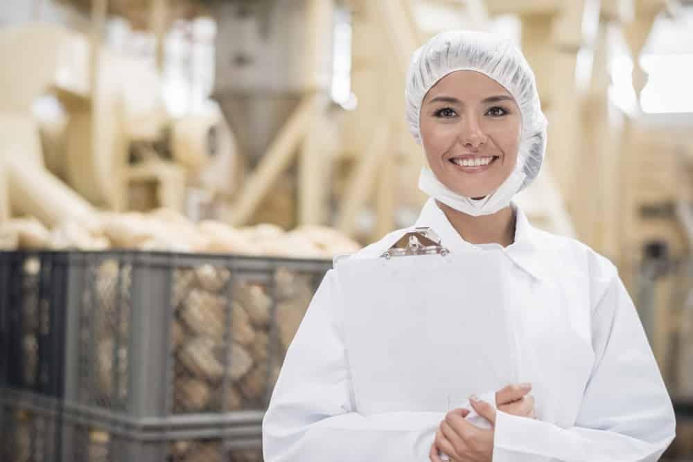 Femme travaillant dans l'agroalimentaire